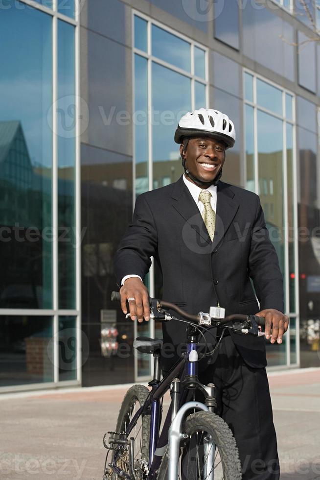 empresário com bicicleta foto