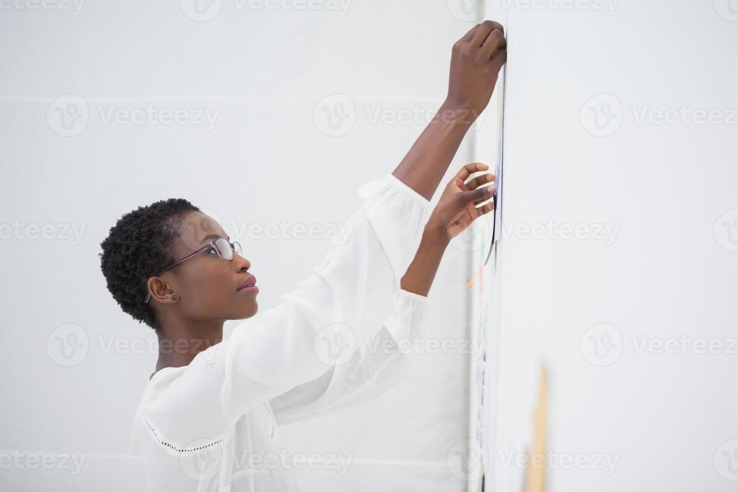 empresária com óculos, fixando o papel foto