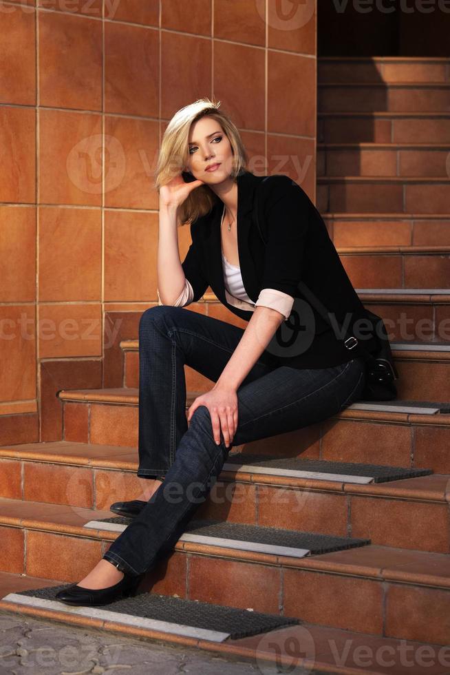 mulher de negócios jovem sentado nos degraus foto
