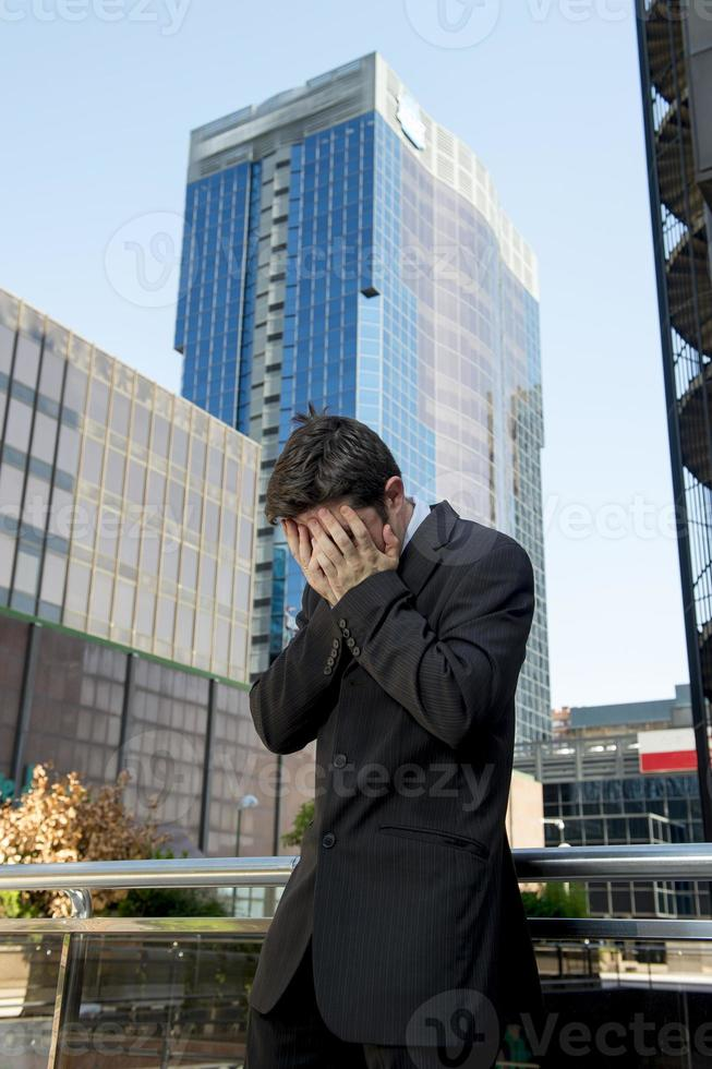 empresário preocupado em pé ao ar livre em estresse e depressão foto