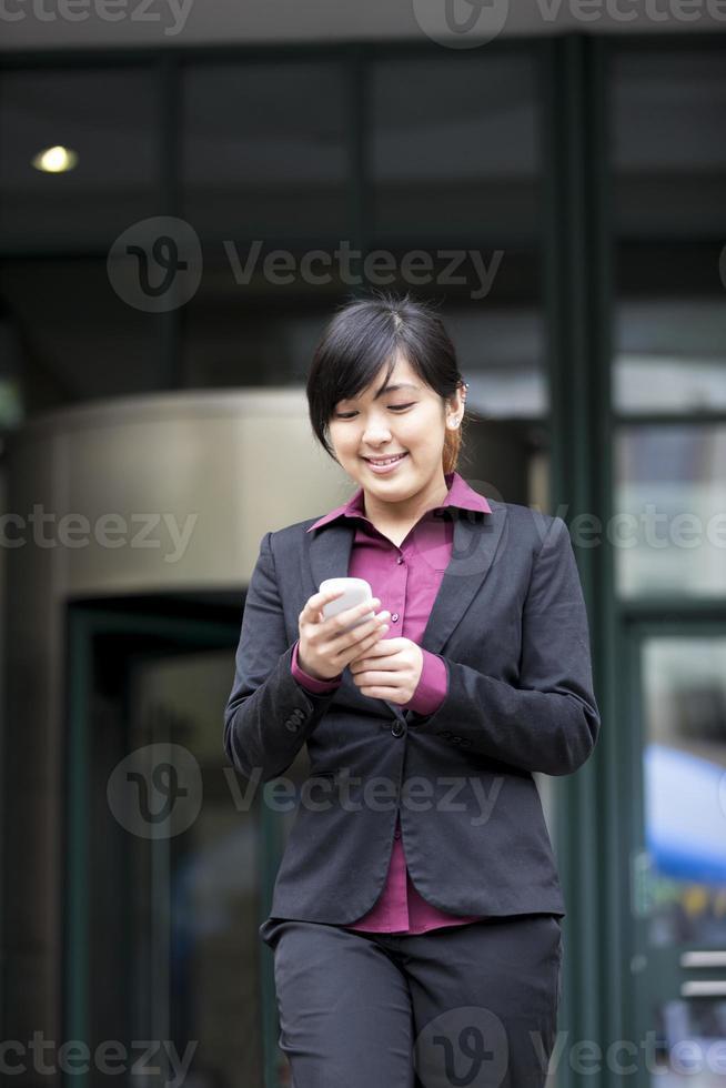 mulher asiática ou chinesa falando no smartphone. foto
