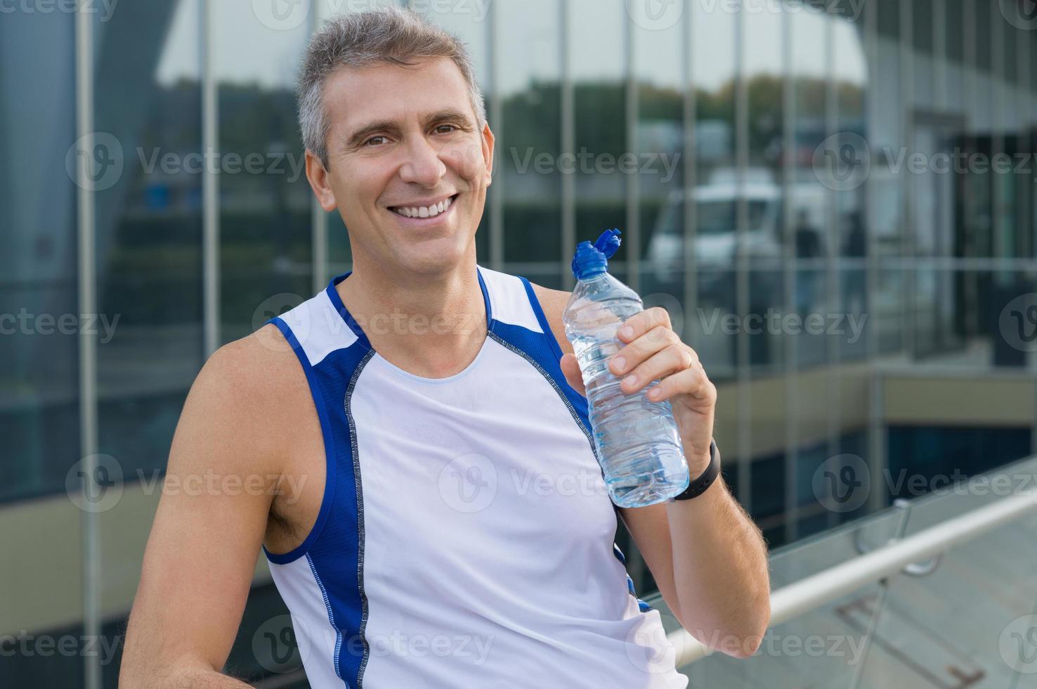 homem feliz fitness ao ar livre foto