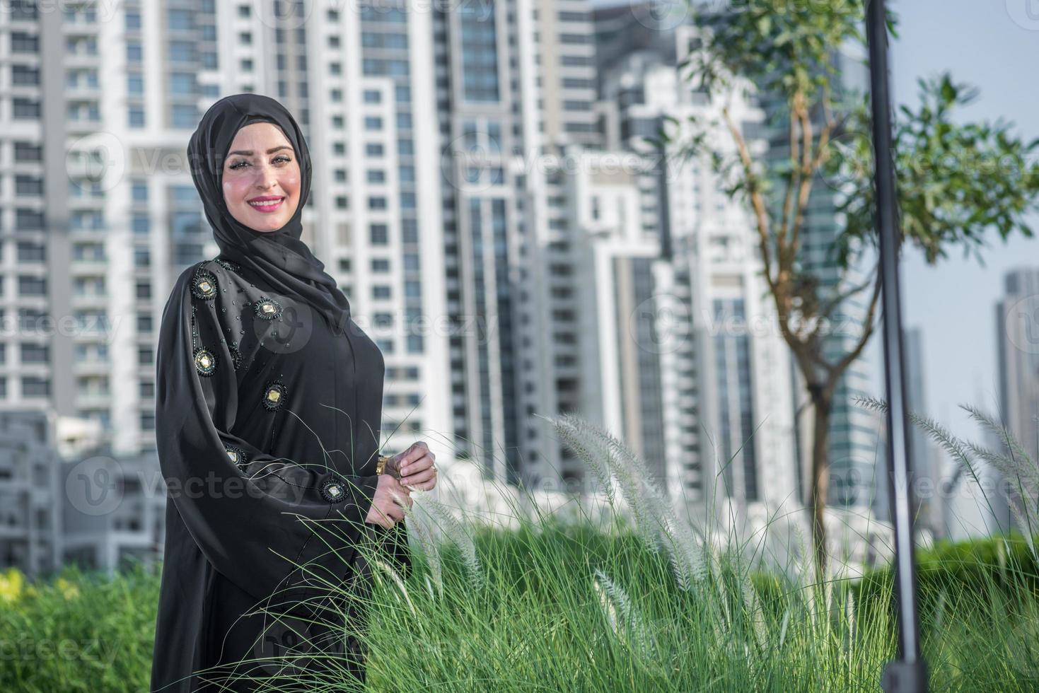 vida de dubai. mulheres de negócios árabes em hijab é a rua dubai foto