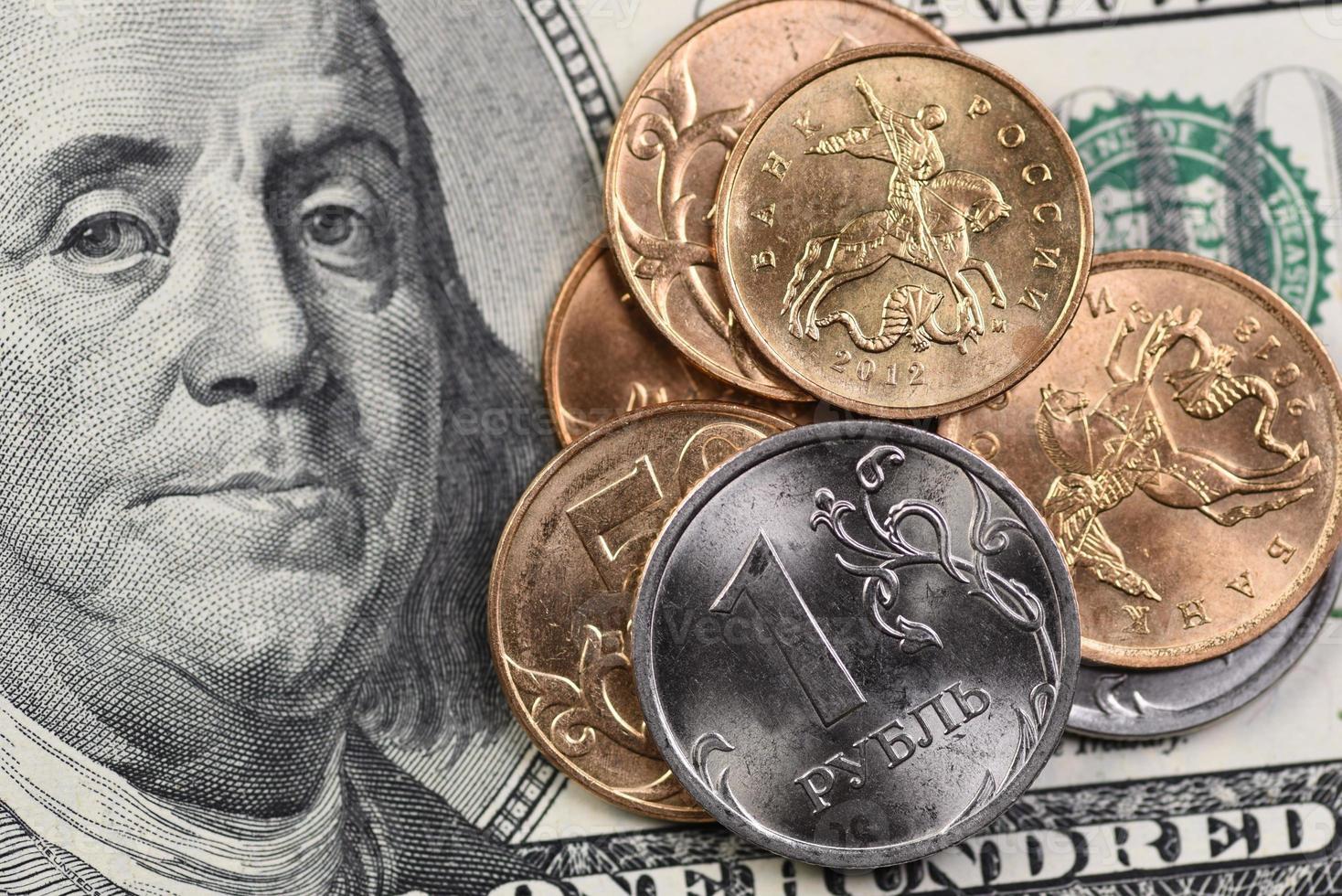 moedas russas e 100 dólares americanos foto