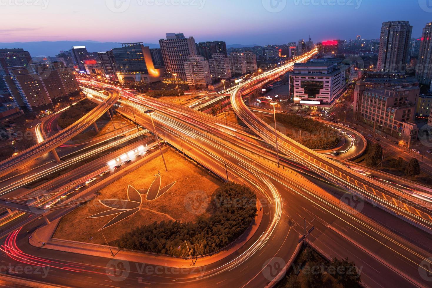 viaduto de beijing china após o pôr do sol à noite foto