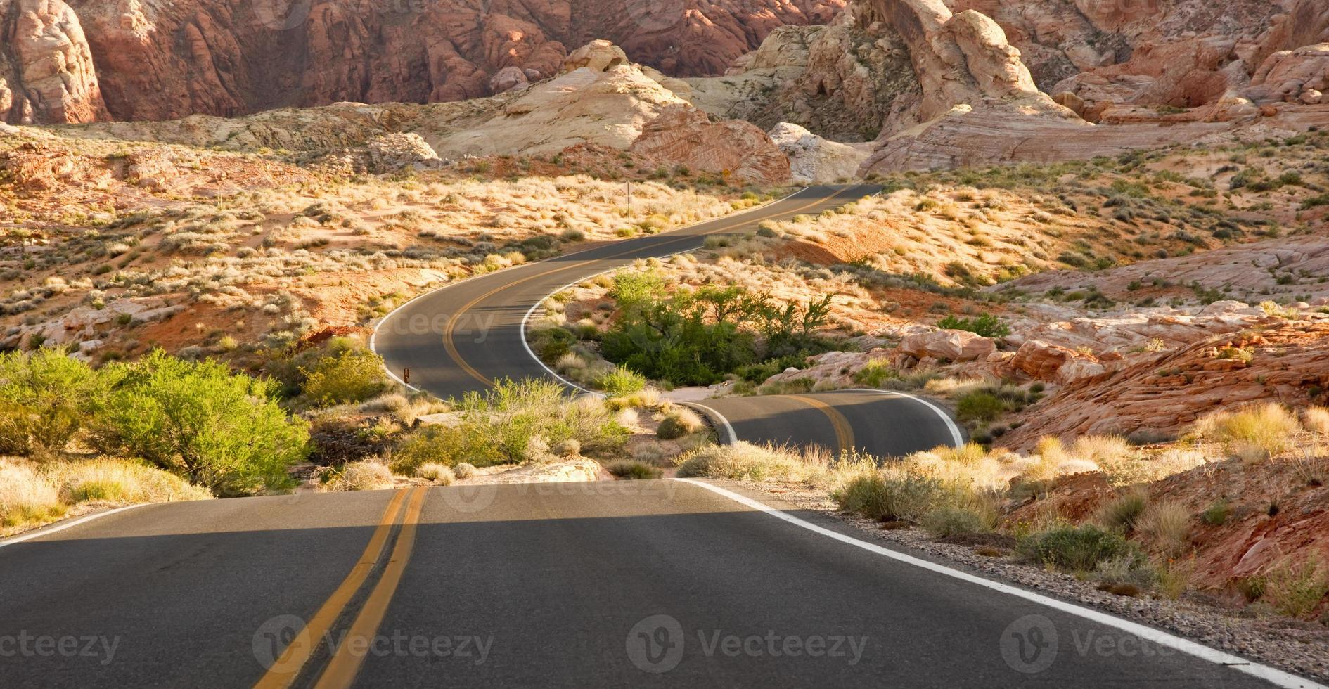 estrada deserta desconectada foto
