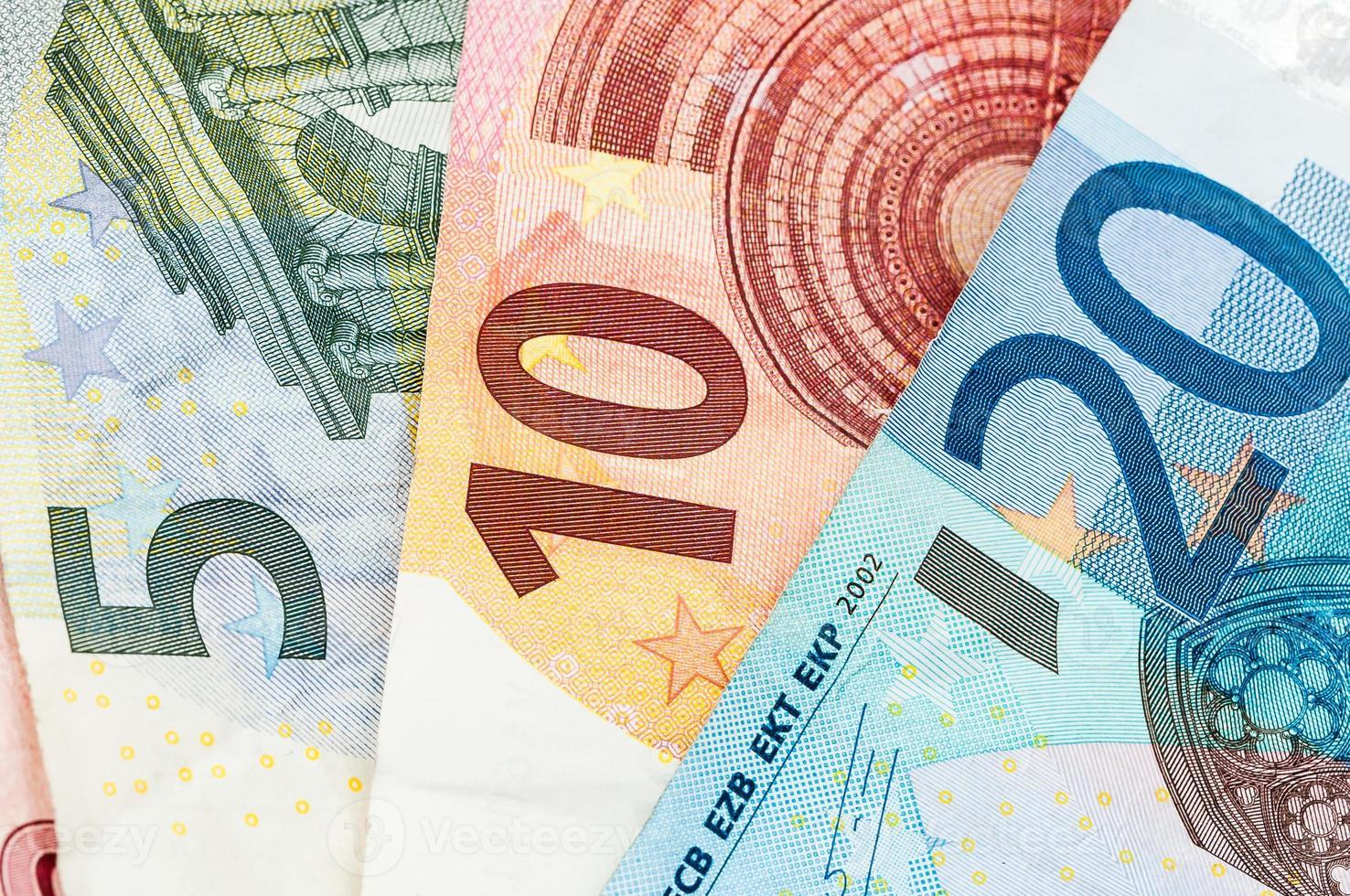 notas de dinheiro de cinco, dez e vinte euros foto