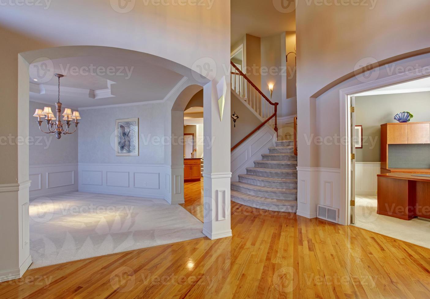 interior da casa de luxo com arcos e teto alto foto
