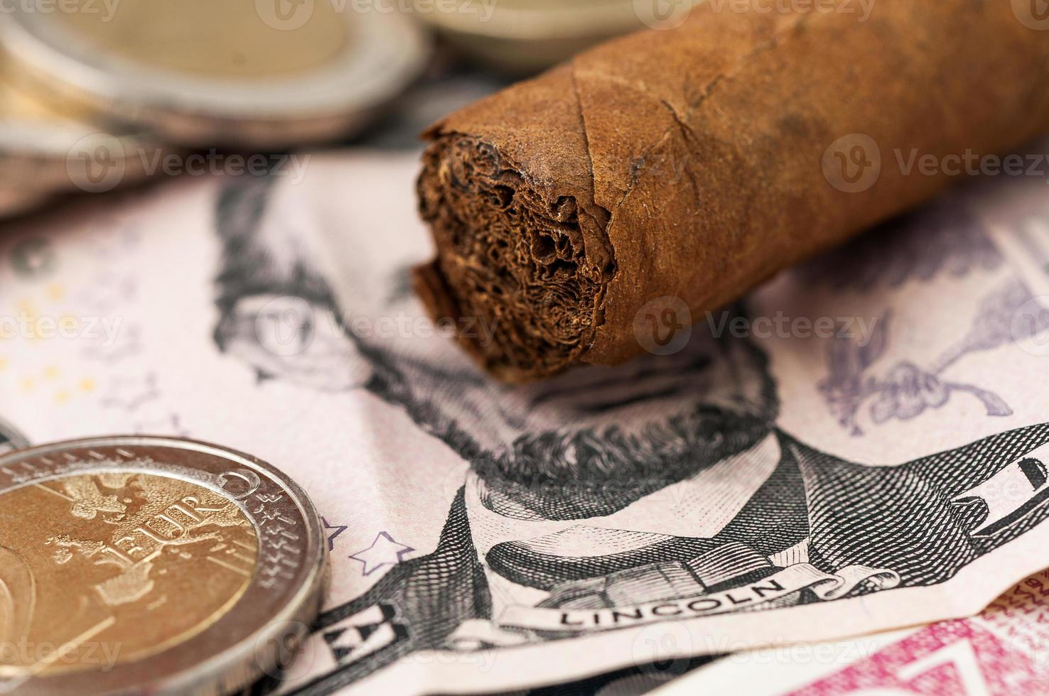 dinheiro nota de cinco dólares e charuto cubano foto