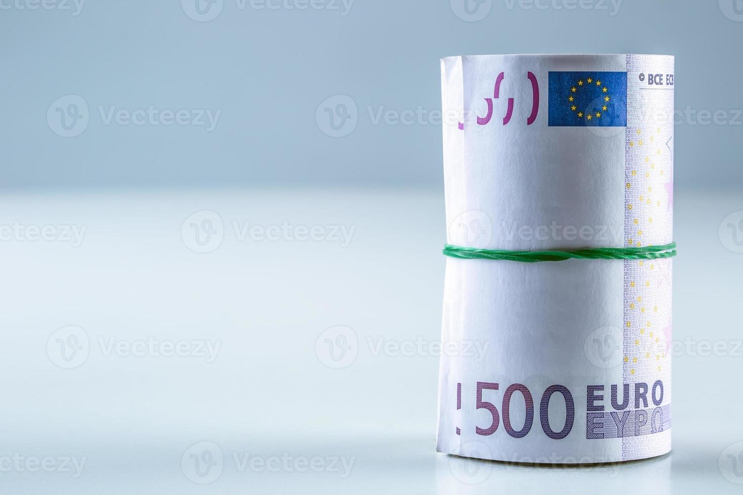 notas de euro enroladas vários milhares. foto
