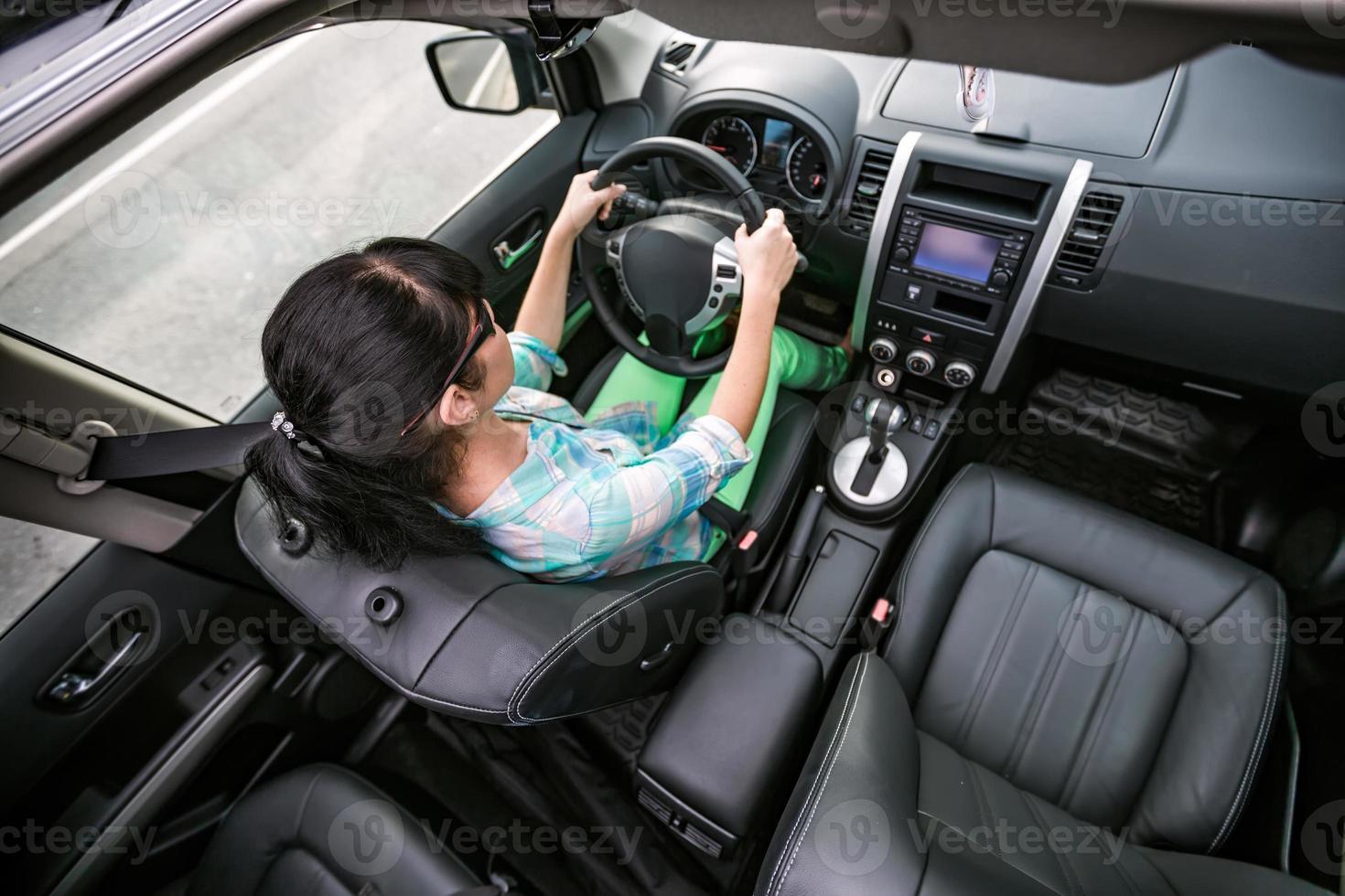 mulher ao volante de um carro. foto