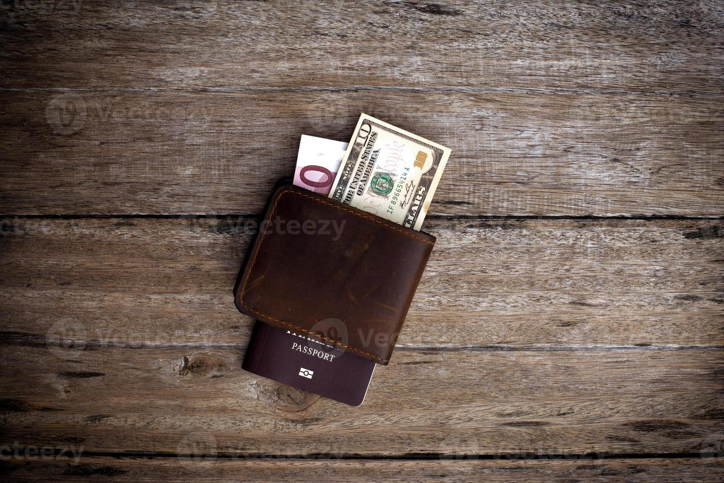 passaporte com uma nota sobre uma mesa de madeira. foto
