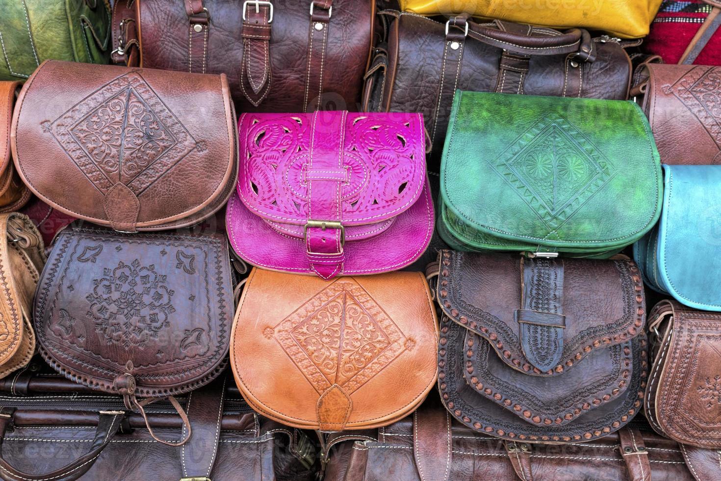bolsas de couro artesanais em um mercado em marrocos, áfrica foto
