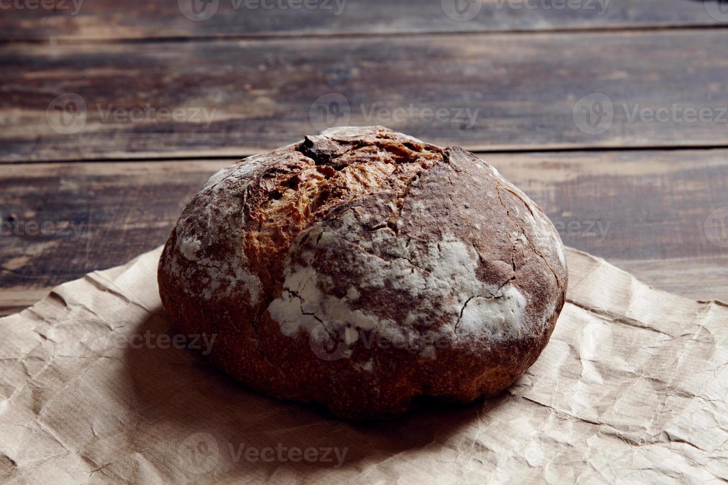 pão redondo de cima em uma mesa de madeira ao lado foto