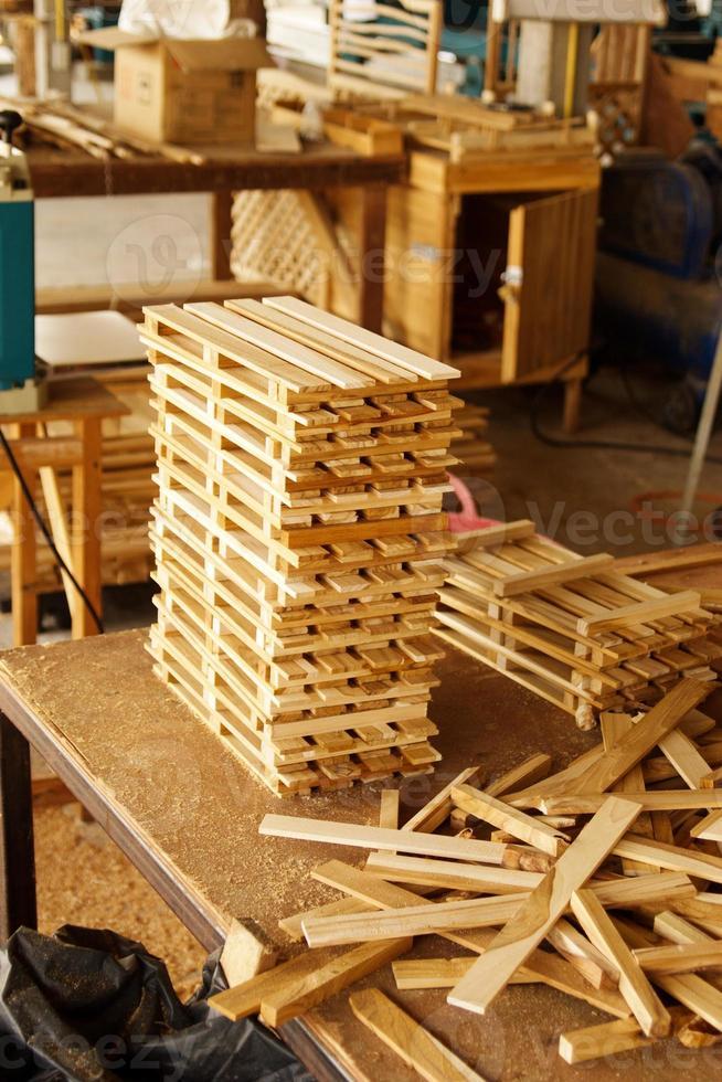 pilha de madeira na fábrica foto