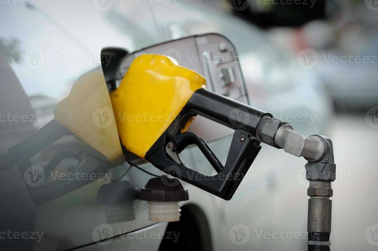 enchimento da bomba de gasolina foto