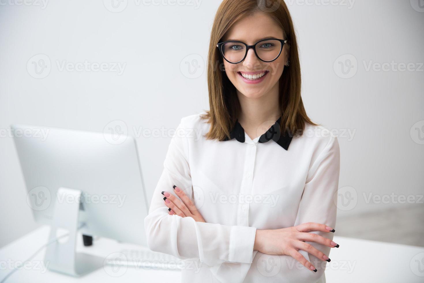 mulher de negócios jovem em pé com os braços cruzados eu foto