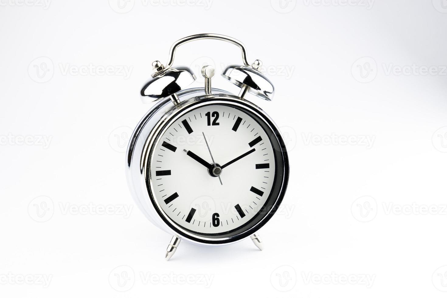 despertador de metal, hora de acordar, sobre fundo branco foto