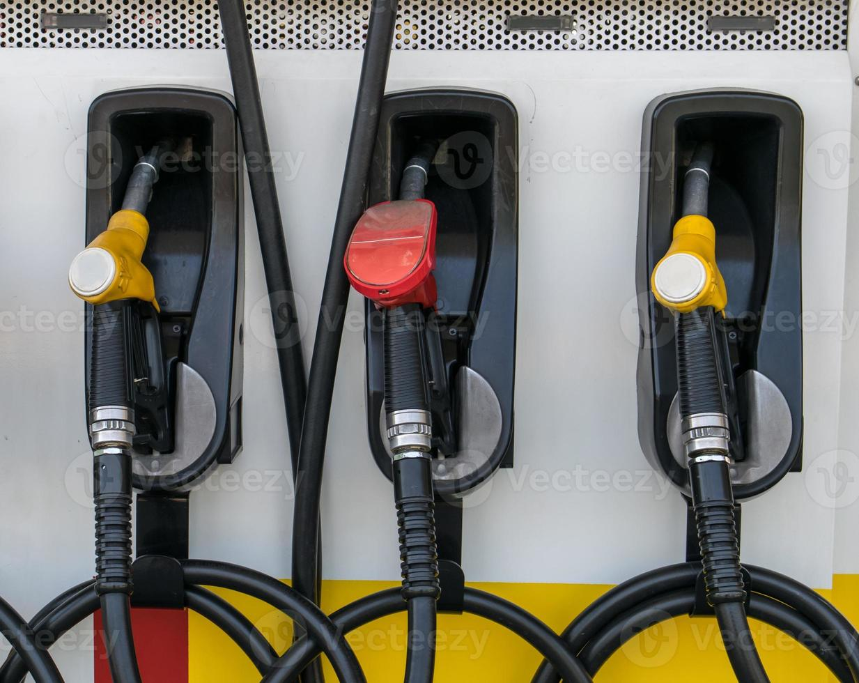 bicos da bomba no posto de gasolina. foto