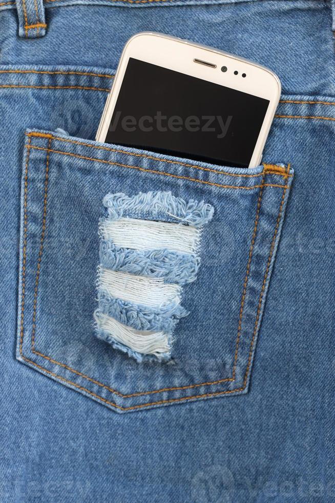 telefone inteligente no bolso jeans. foto