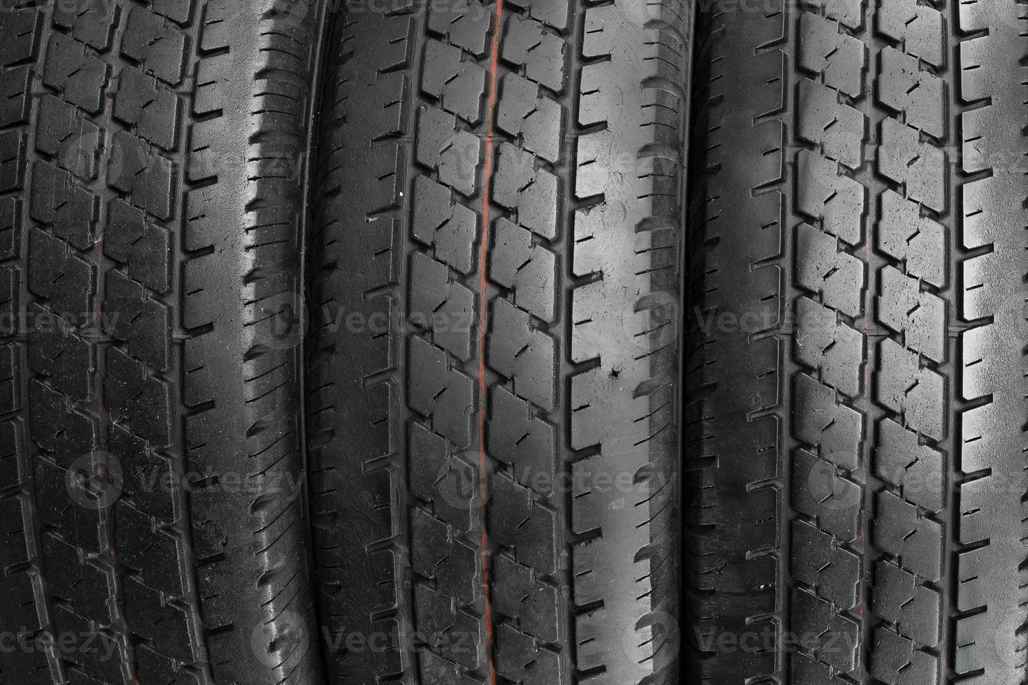 pneus de carro fundo em uma fileira. foto
