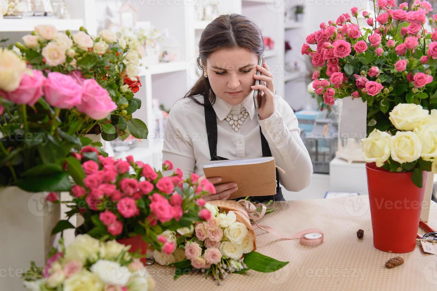 retrato de florista sorridente, falando no telefone foto