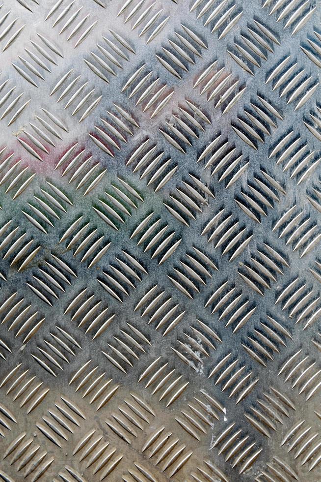placa de metal diamante em fundo de cor prata foto