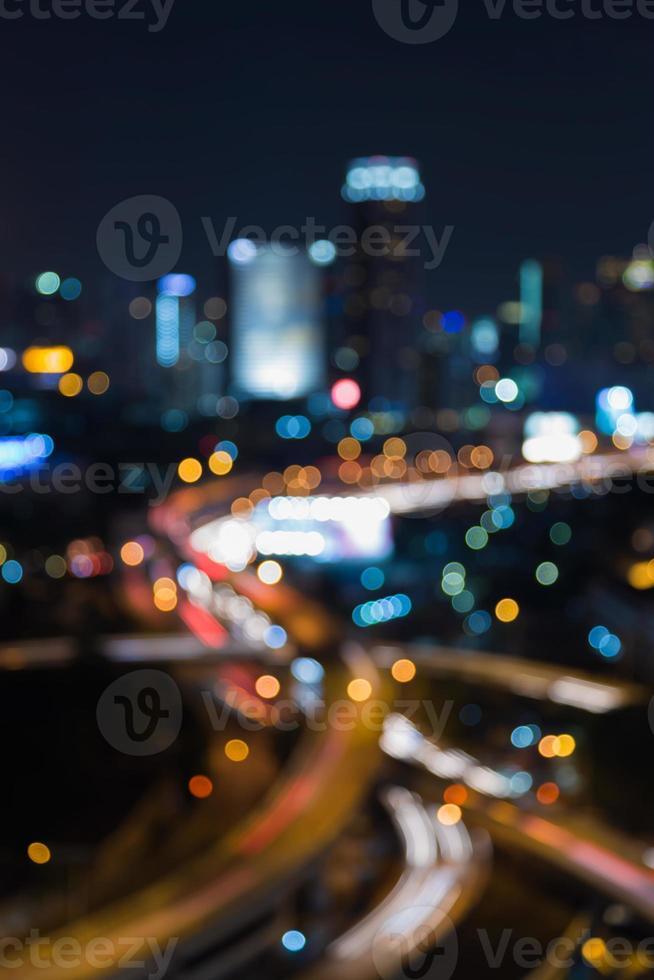 bokeh turva luz quase vista da estrada da cidade intercambiada foto