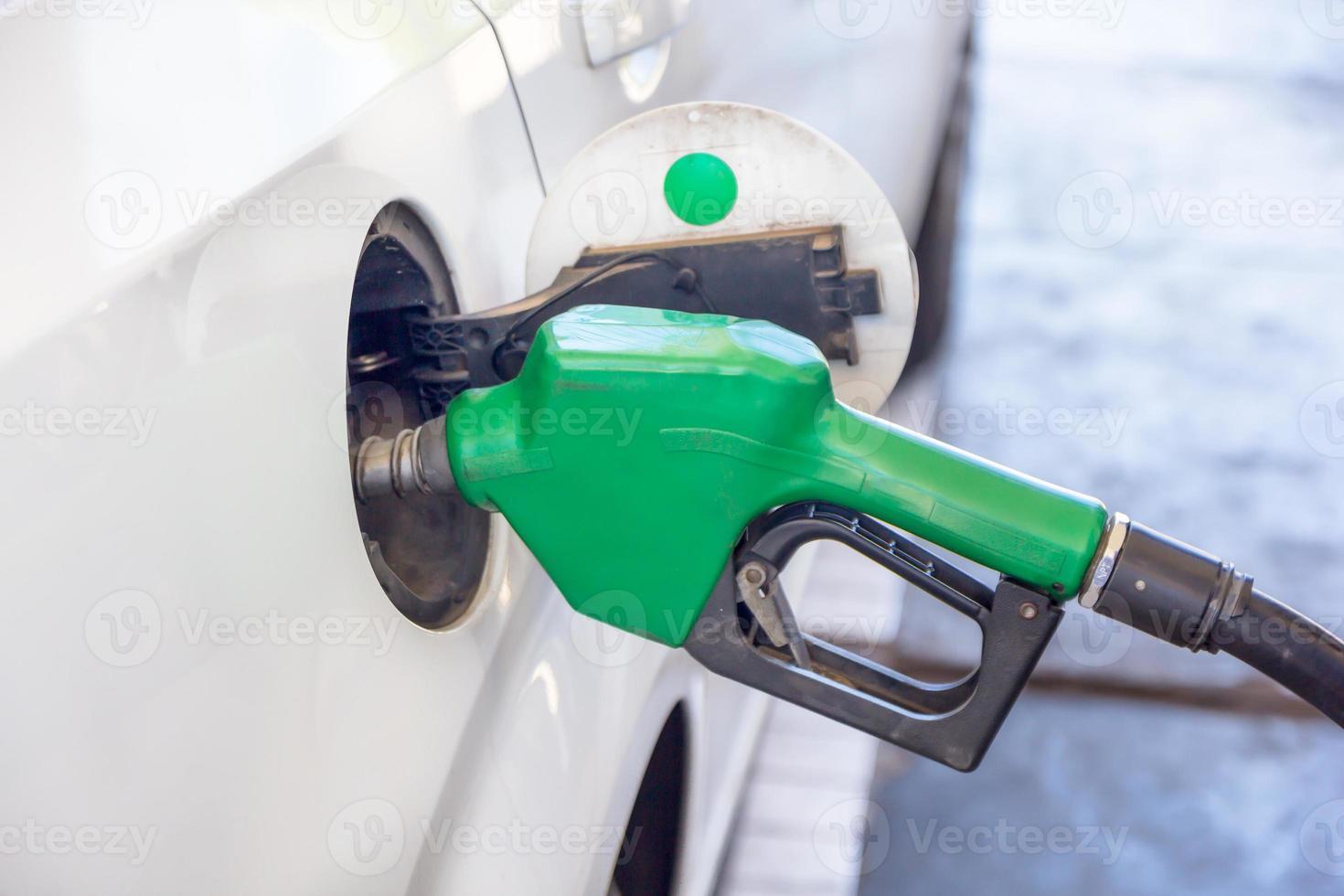 closeup de enchimento de bomba de gasolina foto