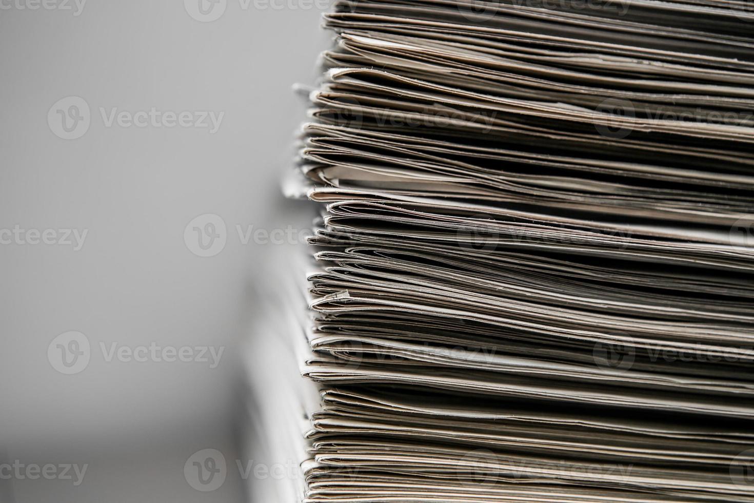 jornais empilhados um no outro foto