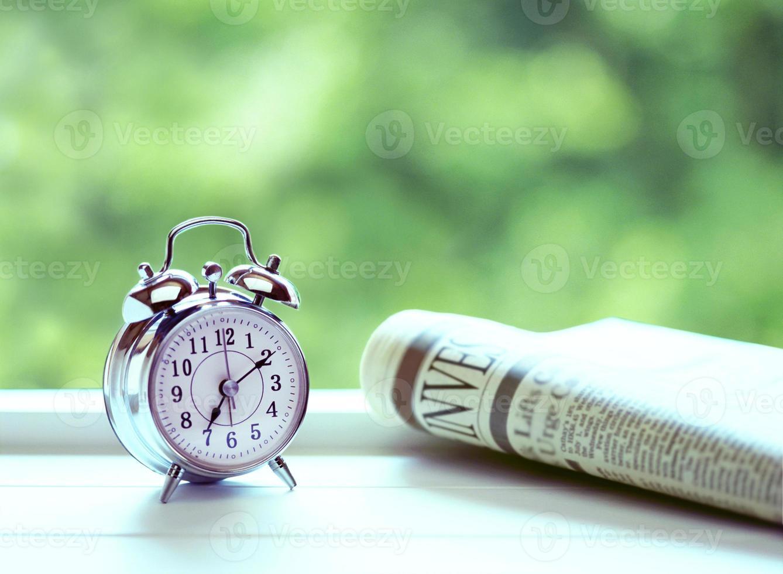 despertador e jornal foto