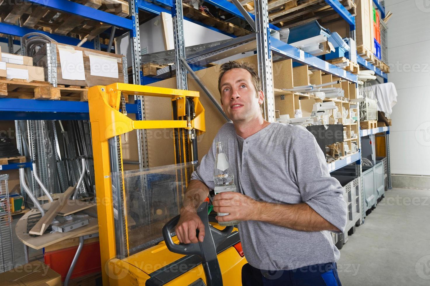 Alemanha, Baviera, Munique, trabalhador manual com garrafa de água foto