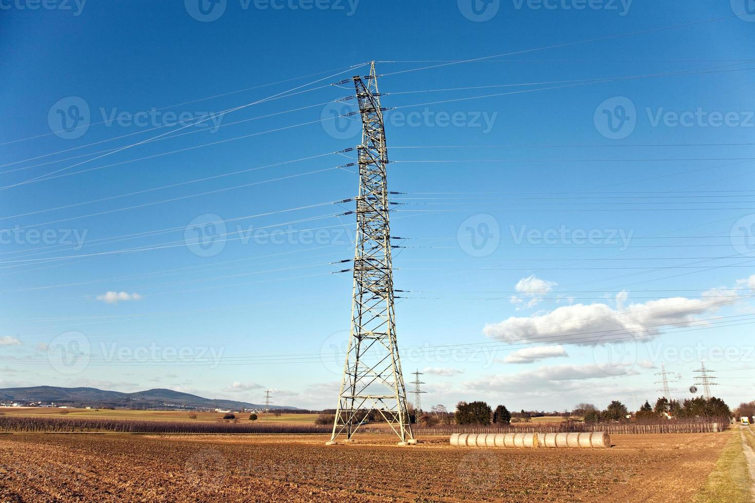 torre de eletricidade para energia na bela paisagem foto
