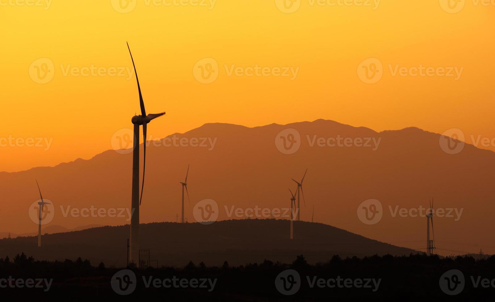 turbina eólica rotativa na frente do céu nublado foto