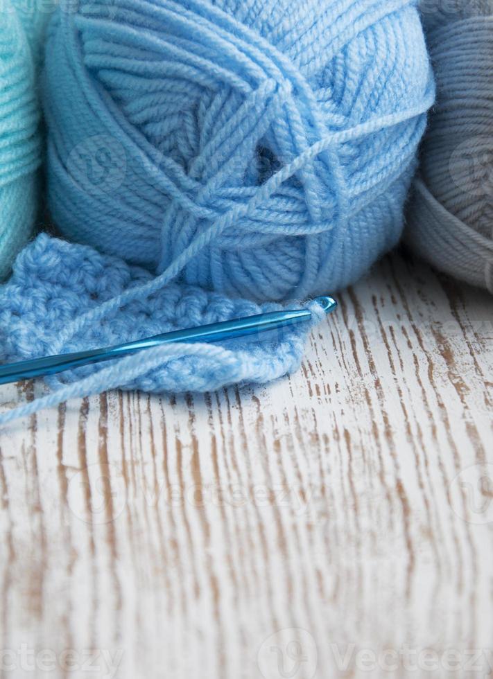 agulha de crochê e fios para tricô foto