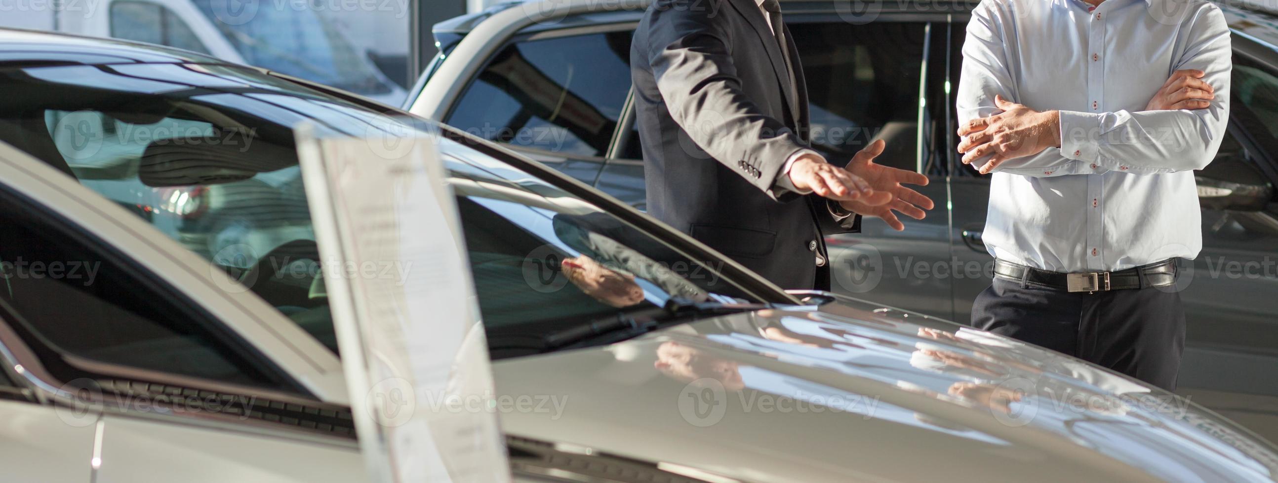 negociante de carro, apresentando o carro novo foto