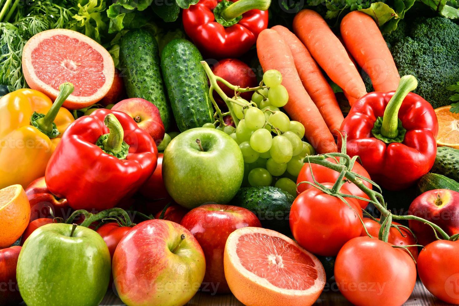 composição com uma variedade de frutas e vegetais orgânicos foto