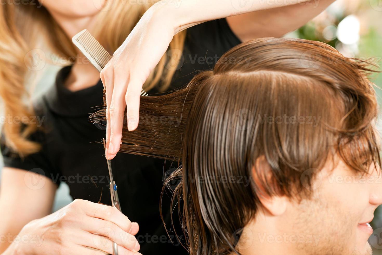 homem no cabeleireiro foto