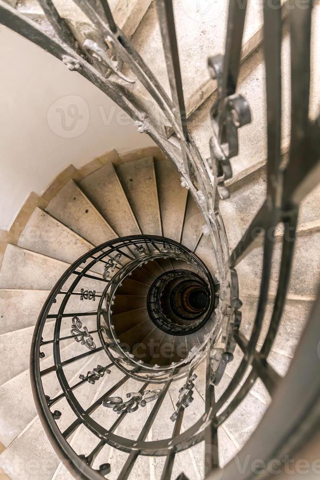 escada em espiral na catedral de budapeste foto