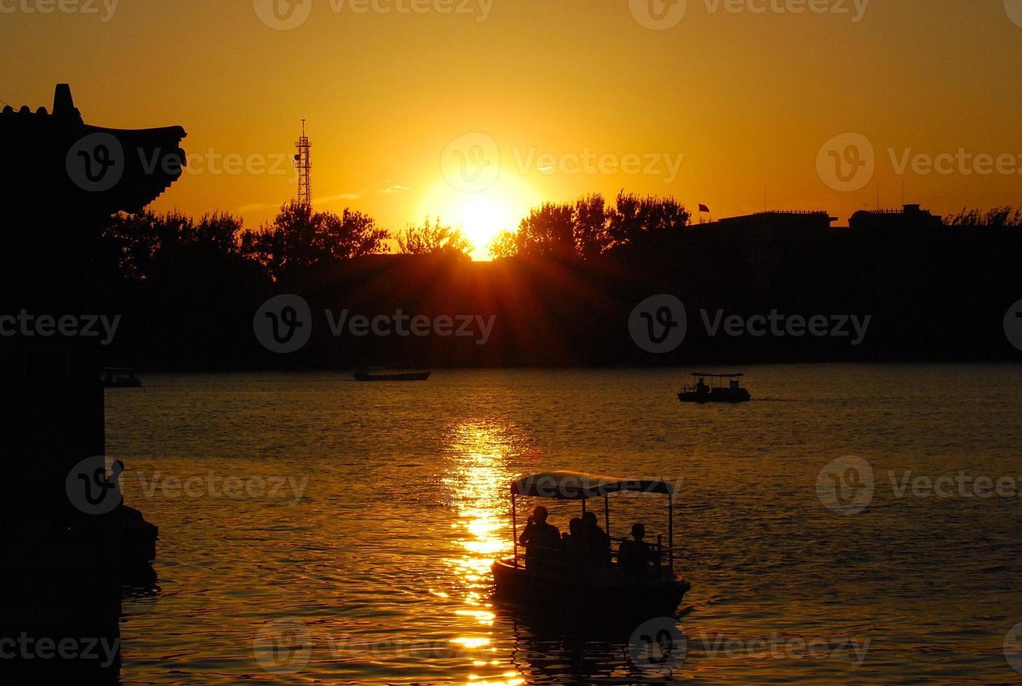 pôr do sol no mar do norte de Pequim foto