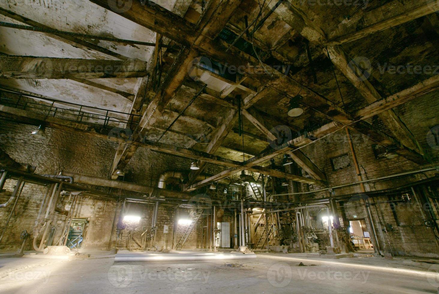 antiga fábrica assustadora, escura, em decomposição, destrutiva, suja foto