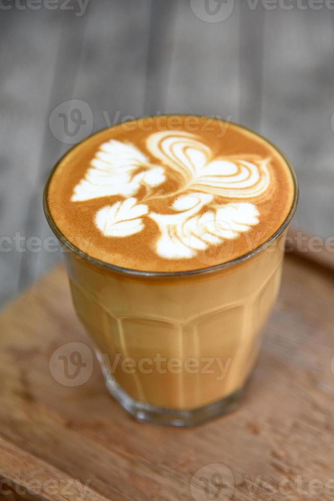 café com leite com fundo de madeira foto