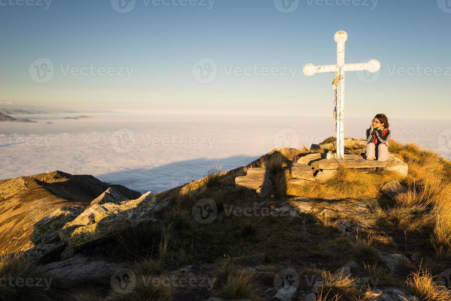 mulher descansando no topo da montanha foto
