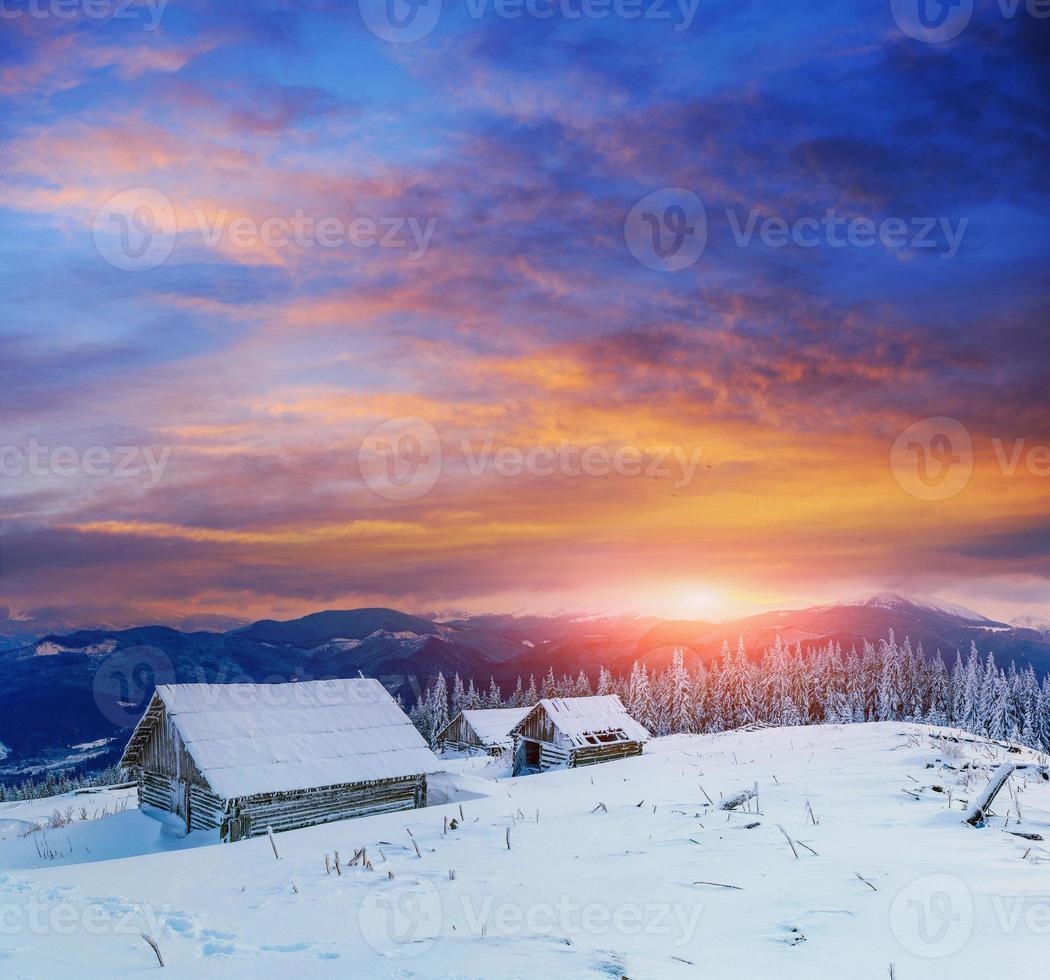chalé nas montanhas nevadas com árvores de inverno fabuloso foto