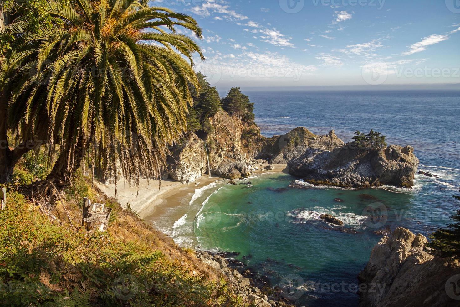 vista na baía com cachoeira em big sur, califórnia foto