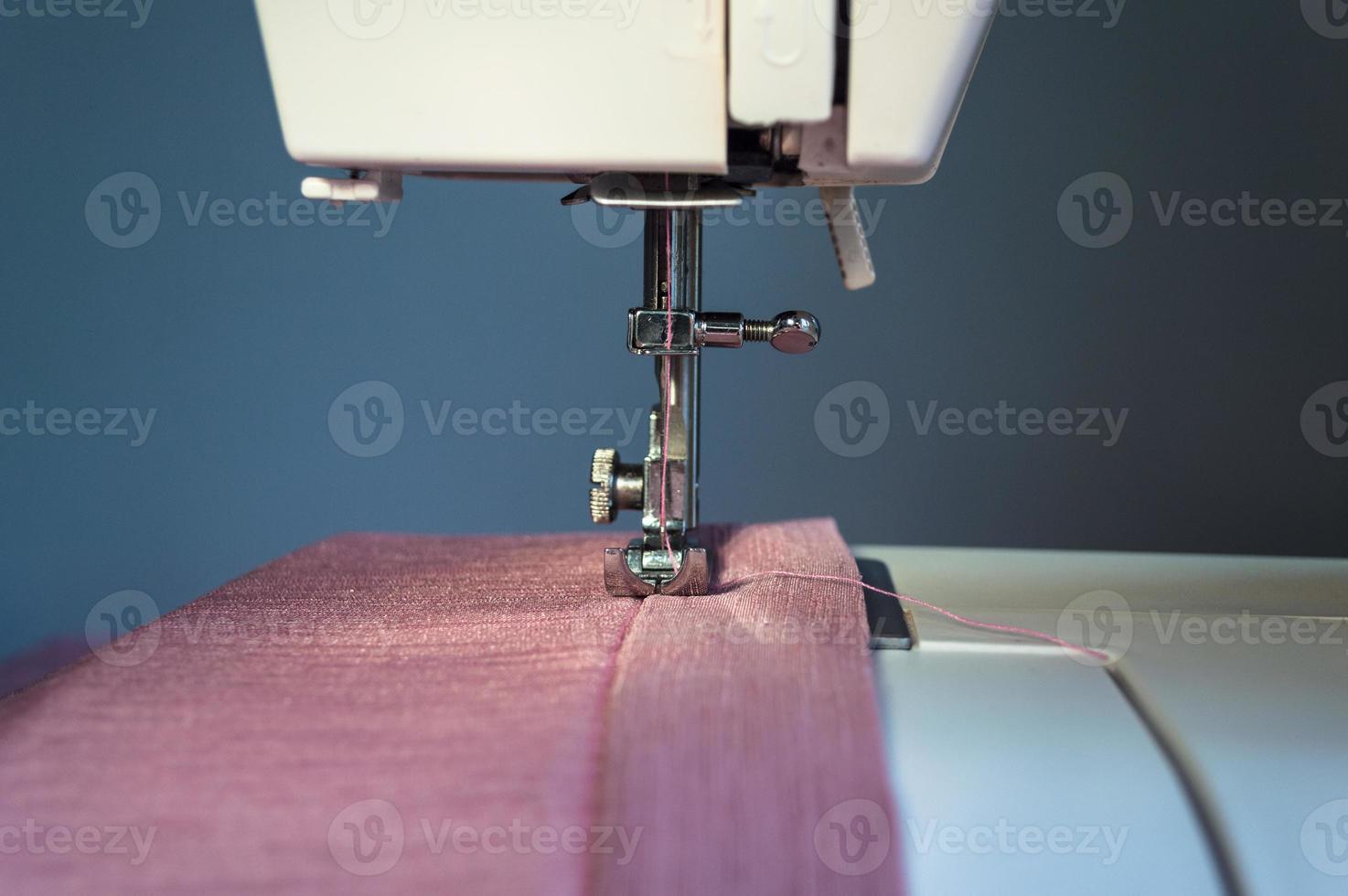 máquina de costura está pronta para operação foto
