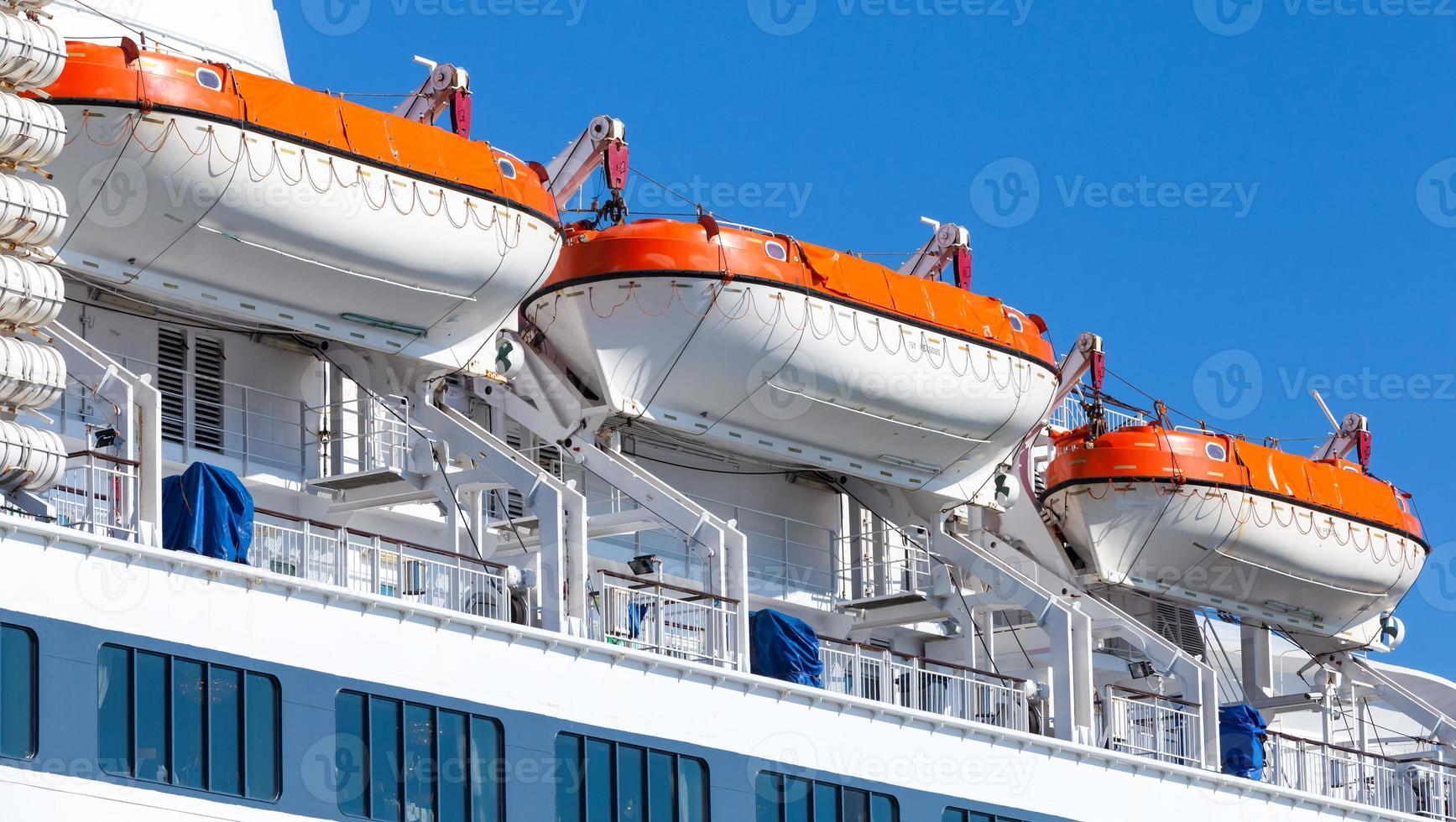 barcos de resgate em grande navio de passageiros foto