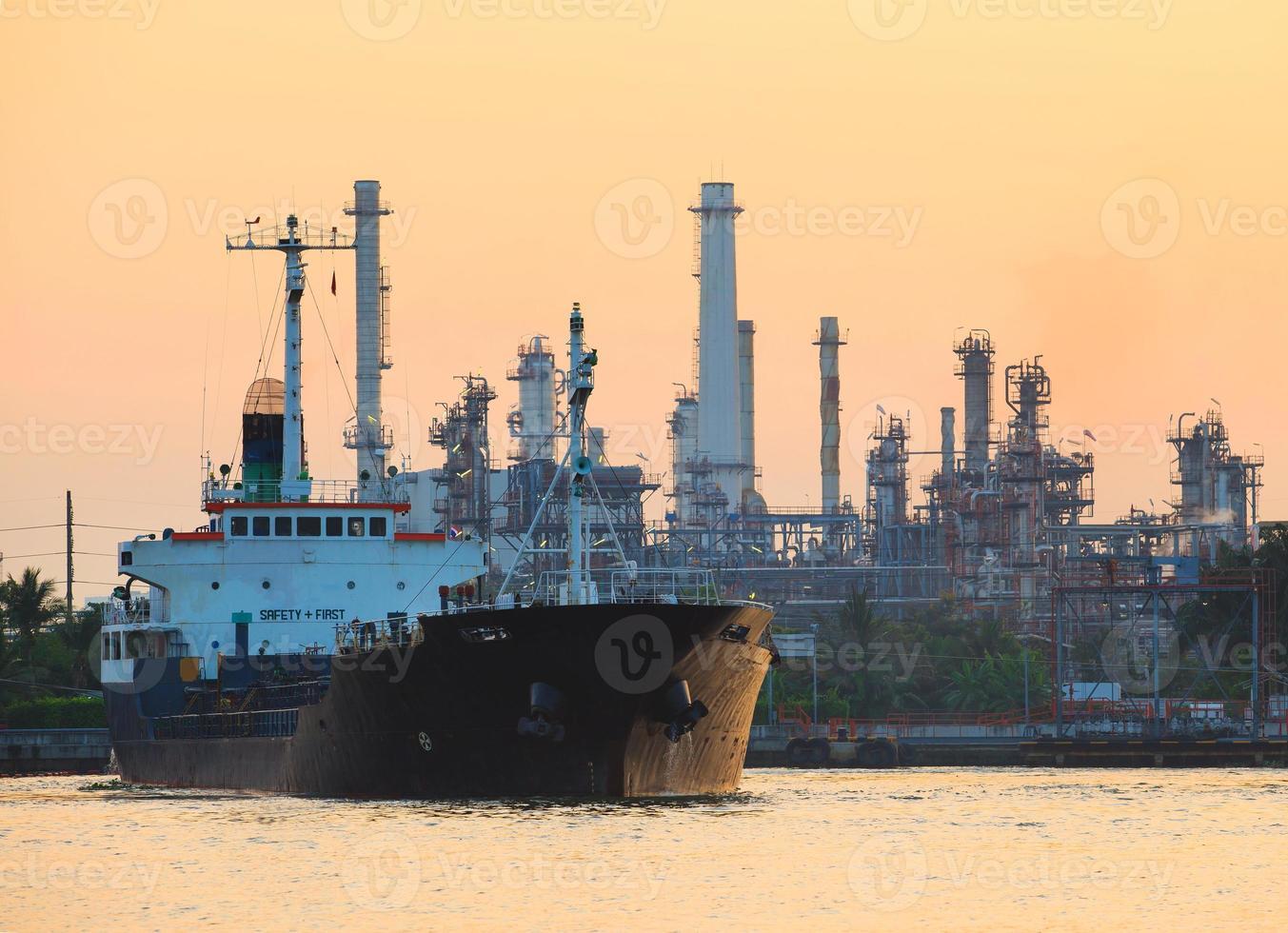 navio petroquímico de contêineres na frente da refinaria de petróleo foto