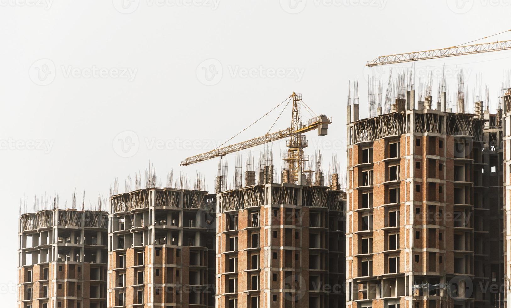 guindaste de torre e edifícios foto