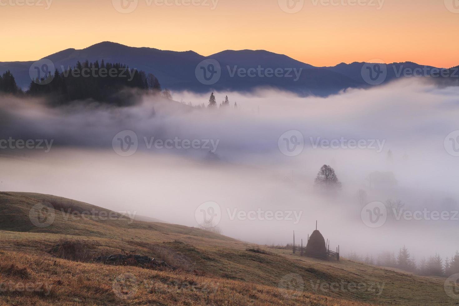 vista das montanhas de nevoeiro foto